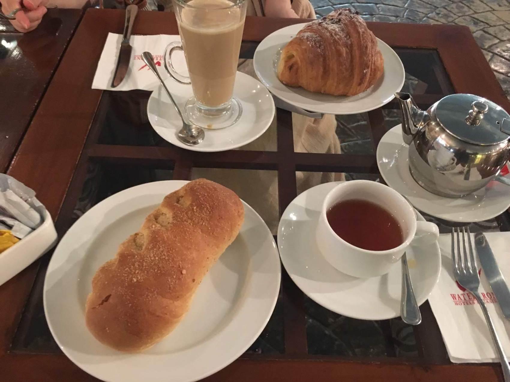 パンとカフェラテ、紅茶