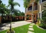 corona-beach-house-front-yard