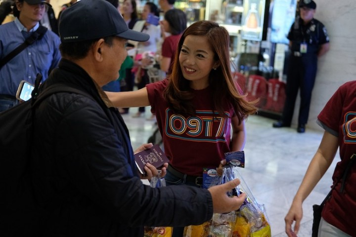 Globe spreads holiday cheer to returning OFWs and tourists in Cebu | Cebu Finest
