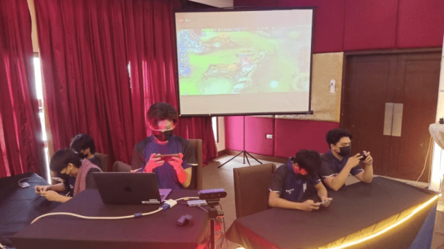 Mobile gamers in action   CebuFinest
