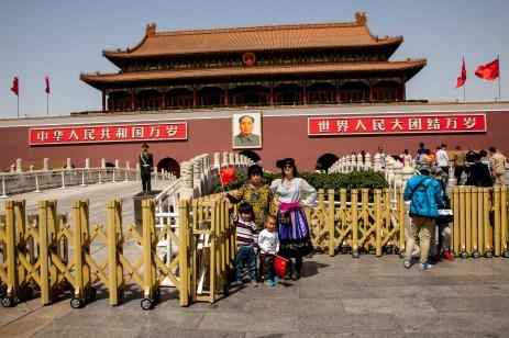 Amigos do acaso pousando com a foto China, 2014 © ceci de f