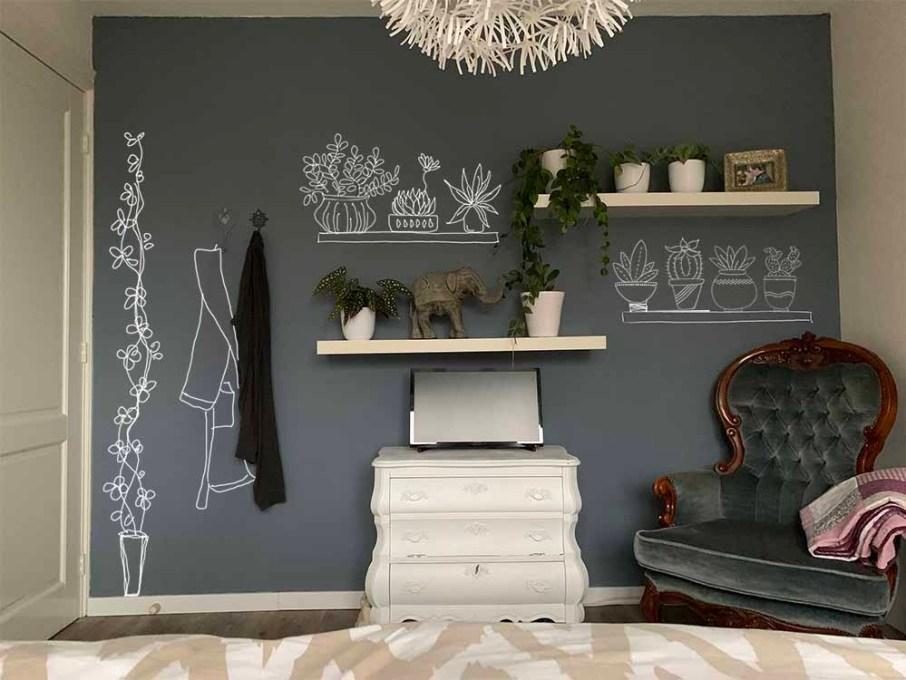 Muurtekening in een slaapkamer, voorzien van plantjes en ochtendjas.