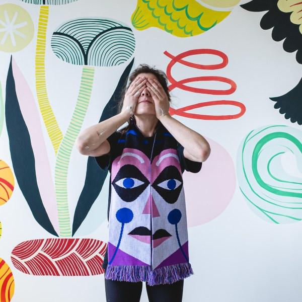 Echarpe par Cécile Jaillard avec un visage sur chaque face.