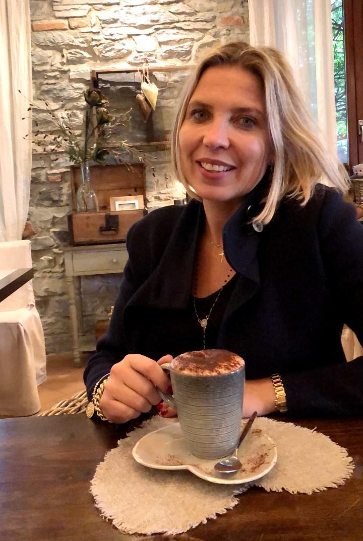 ceci dricker kaffe på san giuseppa.jpg