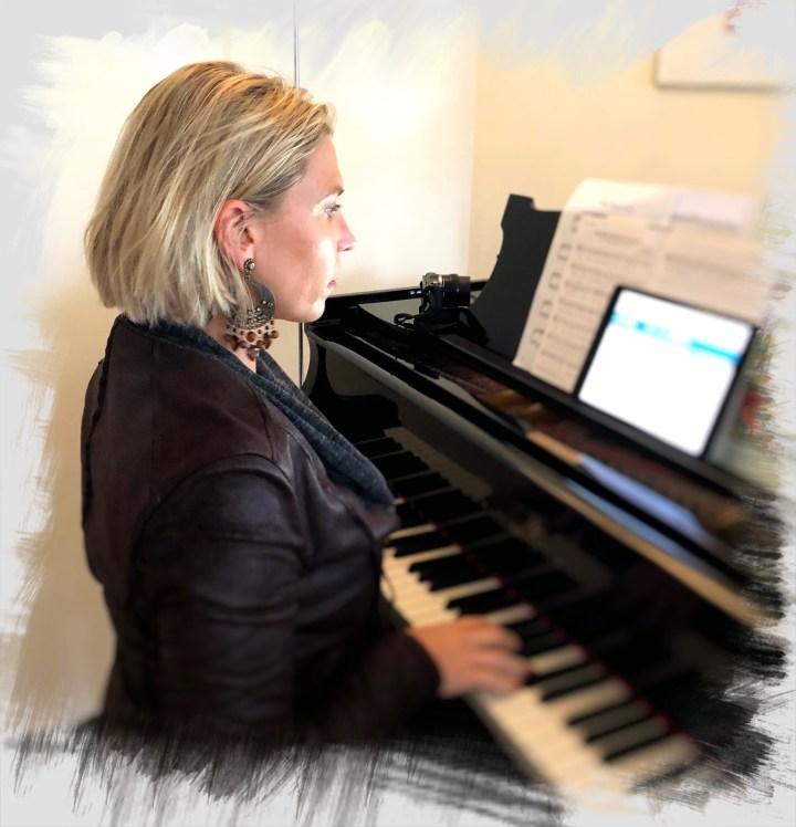 ceci spelar piano.jpg