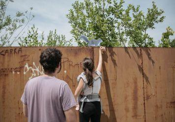Foto Pia Klančar: Intervencija na lokaciji bežigrajskega kraterja skupaj s Trajno in Društvom za permakulturo Slovenija v okviru projekta A-Place s podporo Ustvarjalne Evrope.