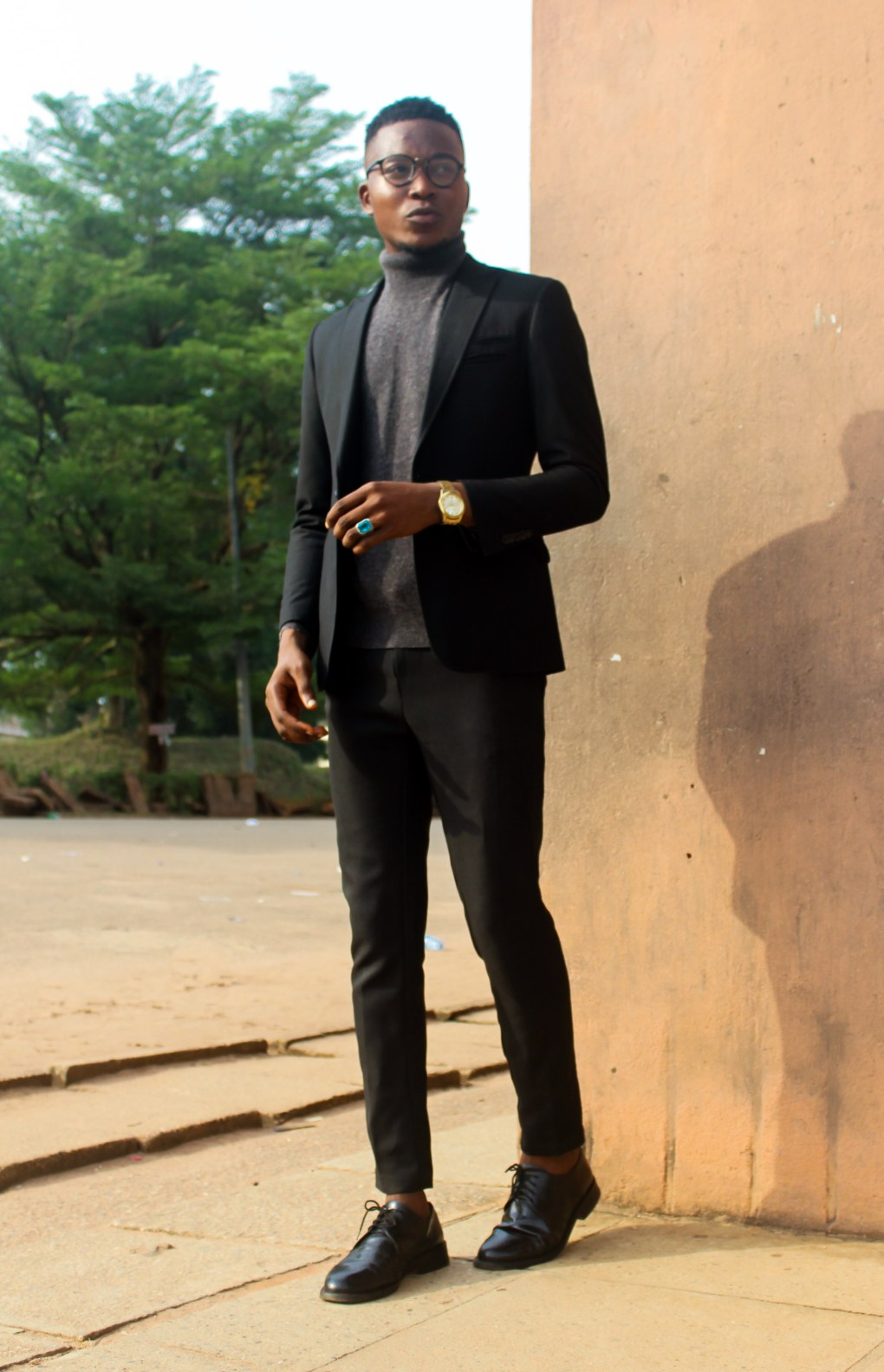 how to stylishly wear an all black outfit