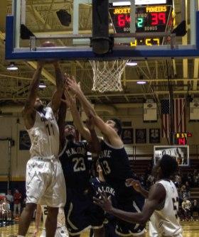 Dazhonetae Bennett drives to the basket (Photo: Christian Cortes).