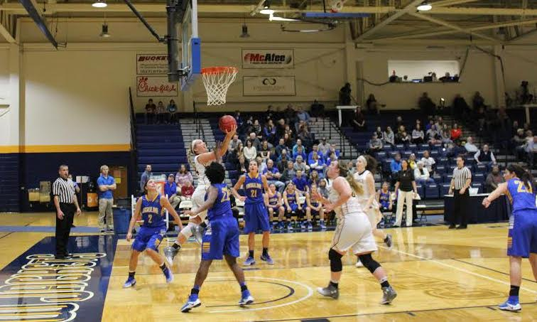 Kaitlyn Holm drives to the basket (Photo: Alex Weber).