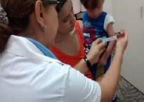 Doctora midiendo la circunferencia del brazo de un chico con la cinta MUAC