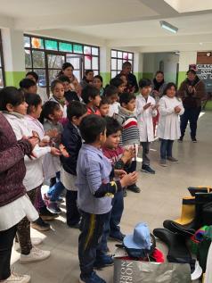 Alumnos recibiendo las botas