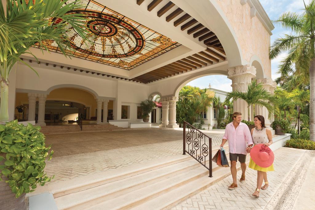 Hilton-Playa-del-Carmen-Couple-Shopping
