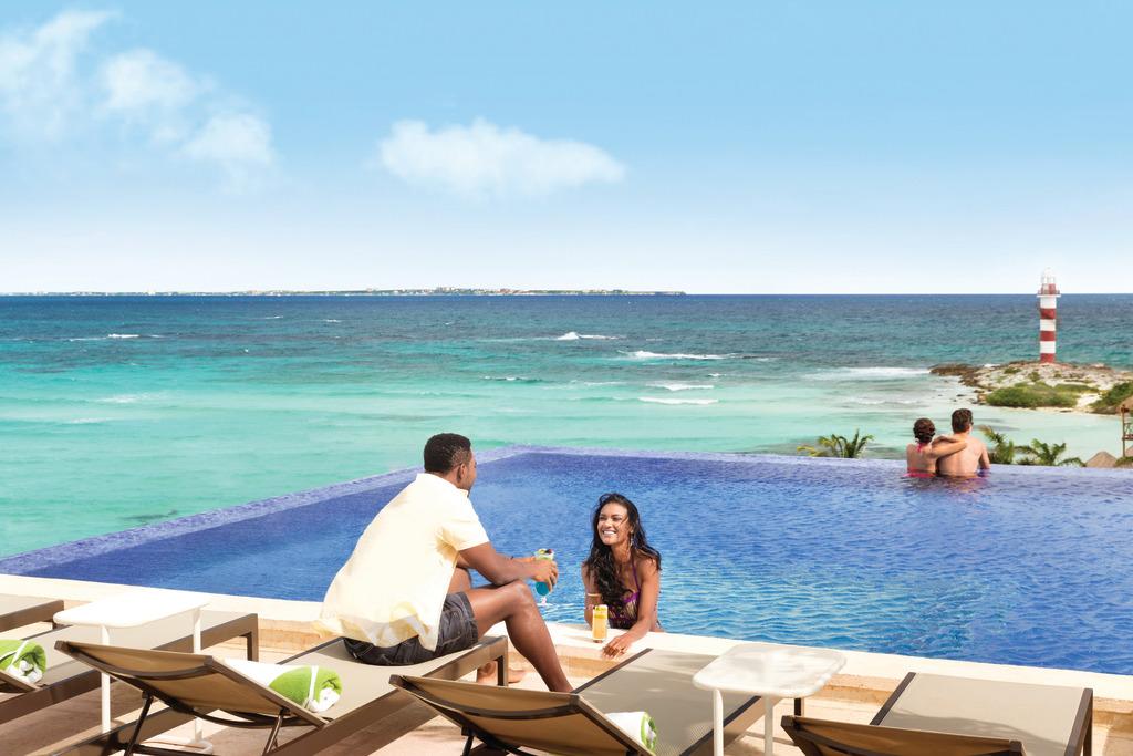 Hyatt-Ziva-Cancun-Rooftop-Pool-Couples