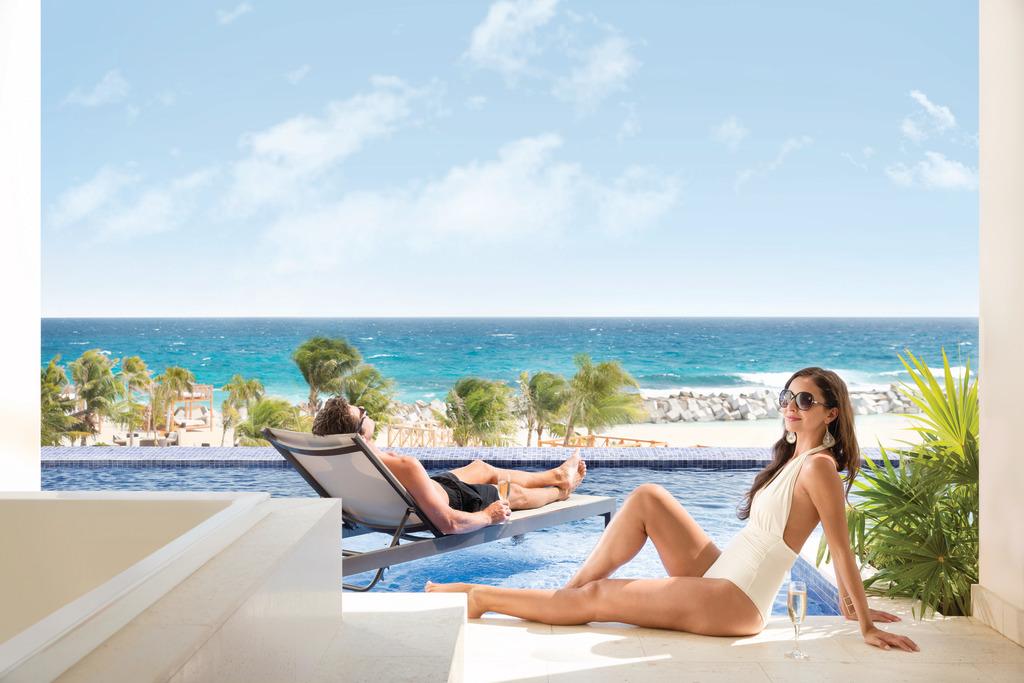 Hyatt-Ziva-Cancun-Turquoize-Sky-Swim-Up-Ocean-Front-Couple-13