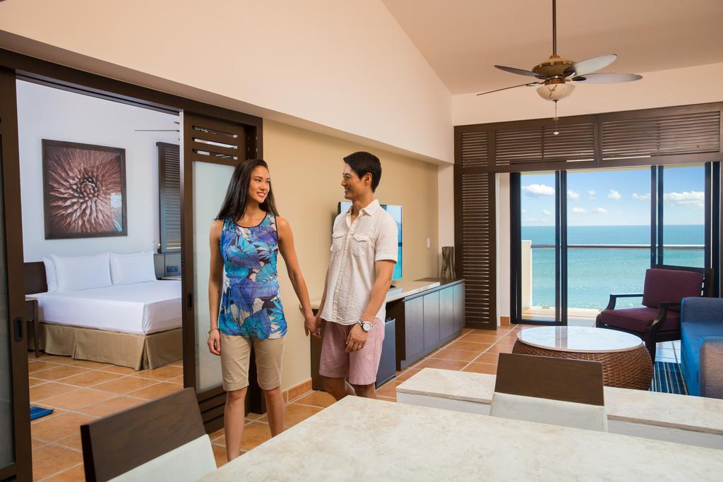 Hyatt-Ziva-Los-Cabos-Ocean-Front-One-Bedroom-Master-Suite-Couple-2