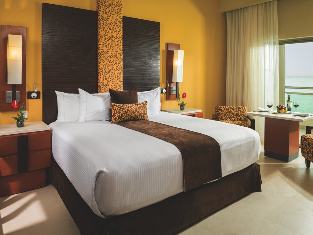 GRRM-Oceanfront-Jacuzzi-Suite-18571-Bedroom