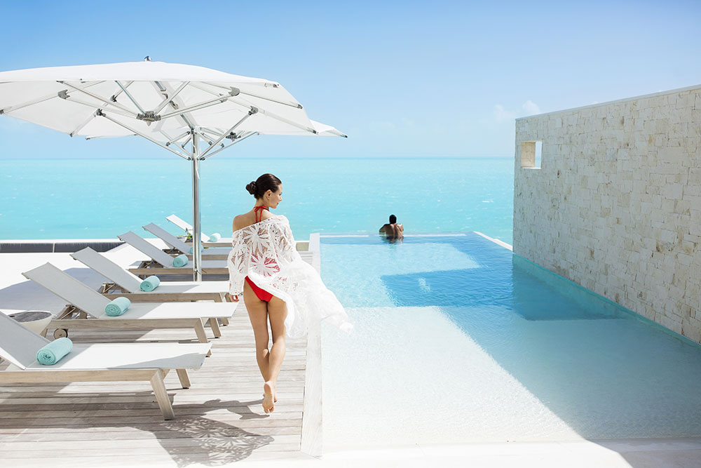 ww-wymara-tc-Villas-CoupleByinfinityPool
