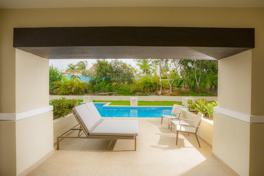 22. Lounge Caribbean Terrace Day