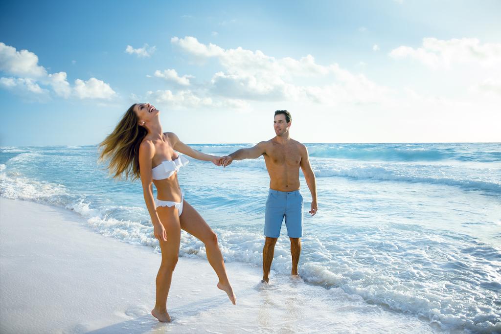 sp_Beach_Couple_Laugh