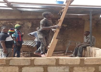 Cyrille responsable de la section menuiserie, prend l'échelle pour s'occuper du volet toiture