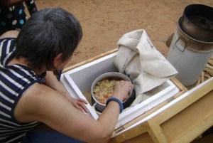 Hélène passant à la conservation de son riz soumabla(épice)