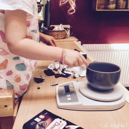 casser les carrés de la tablette de chocolat
