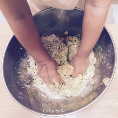 enfant mélanger à la main quatre-quarts courgettes