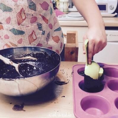 Verser la bonne quantité de pâte dans le moule