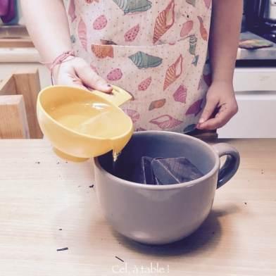 Verser le sirop d'agave sur les carrés de chocolat