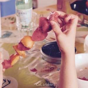 La difficulté : piquer les fruits sur la baguette !