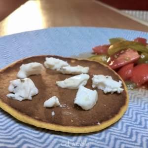 Pancakes de légumes et salade tomates