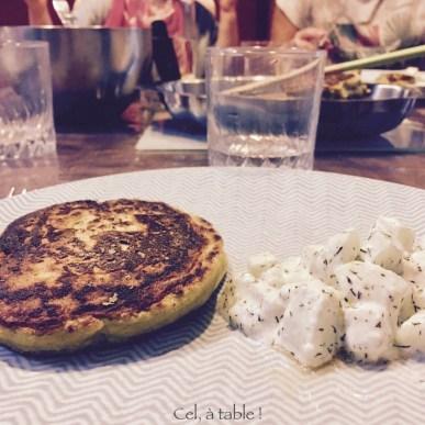 pancakes de légumes et salade de concombres
