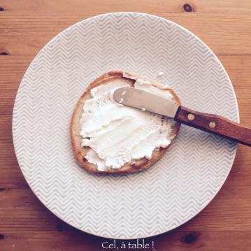 J'ai envie de manger quoi ce matin ? Un pancake tartiné de fromage de chèvre