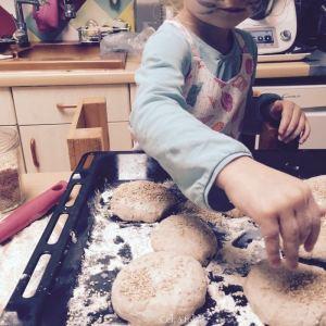 saupoudrer les petits pains de burgers