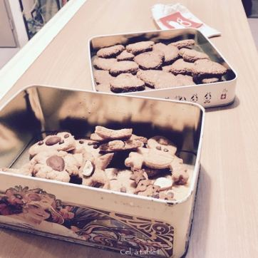 boîtes à biscuits remplies de biscuits de Noël