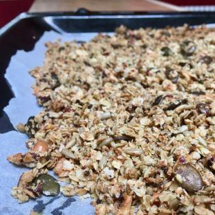 Plaque de granola salé à la sortie du four
