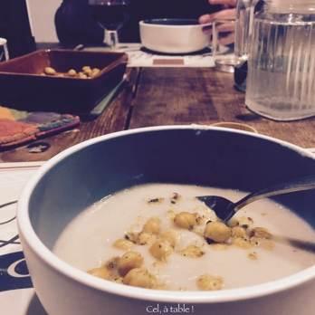 Soupe parsemée de pois chiches rôtis