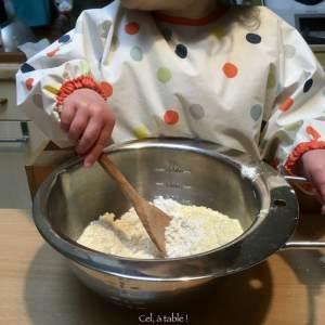Apprendre à mélanger la farine