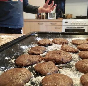 Biscuits crus déposés sur la plaque du four