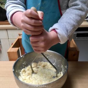 écraser la banane avec l'écrase-purée