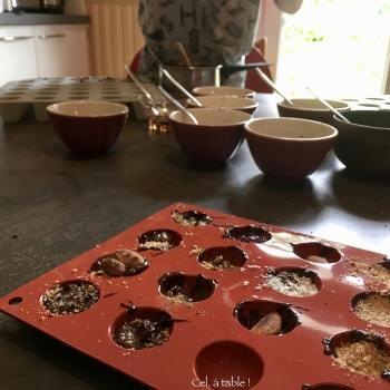 moule rempli de chocolat et garniture
