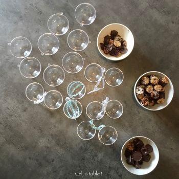 préparation des contenants : des boules de Noël réutilisées