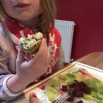 muffin aux blettes mangés avec les doigts par un enfant