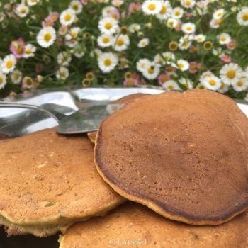 un plat de pancakes aux fleurs d'acacia