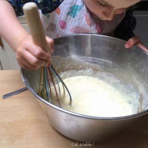 enfant qui mélange au fouet l'appareil à tarte salée
