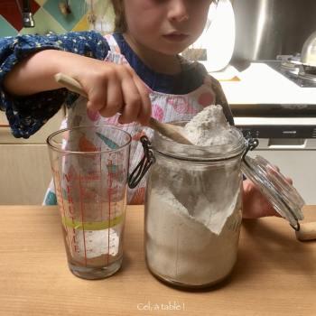 enfant qui mesure de la farine de sarrasin