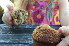 enfant qui mange un muffin pour le goûter