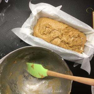 verser la pâte à pain d'épices dans un moule à cake