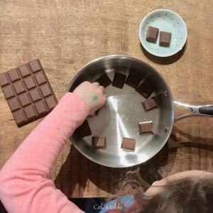 enfant qui casse du chocolat