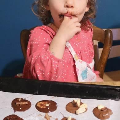 enfan qui lèche du chocolat